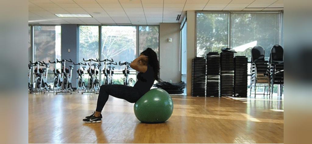 کرانچ حرکت ورزشی برای کاهش چربی شکم با توپ