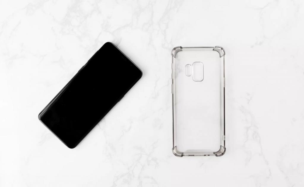 برای تمیز کردن تلفن همراه خود، کاور یا قاب های محافظ را بردارید