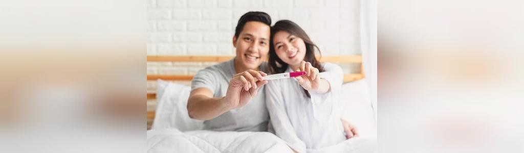 ژست عکس بارداری روی تخت