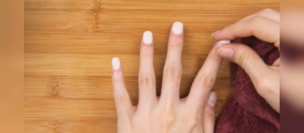 چگونه چسب ناخن مصنوعی را بکنیم