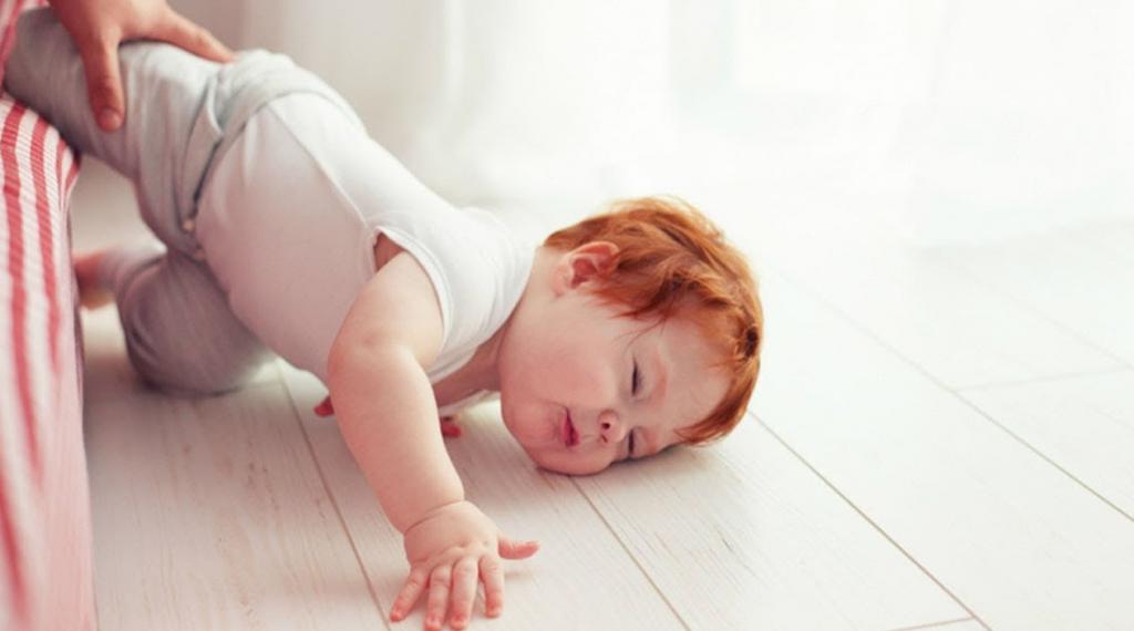 رعایت نکات ایمنی در هنگام غلت زدن کودک