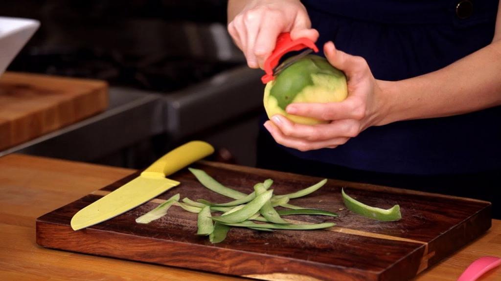 دلایل پوست کندن میوه و سبزیجات برای کودک