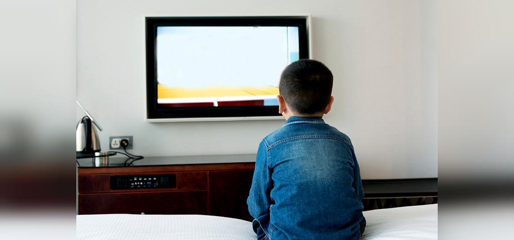 چگونه والدین در برابر تماشای تلویزیون کودکان برخورد کنند