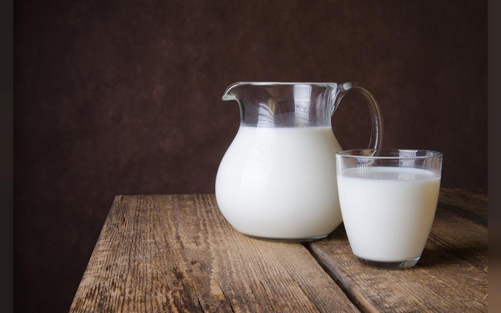 شیر خام برای رفع تیرگی زیر بغل