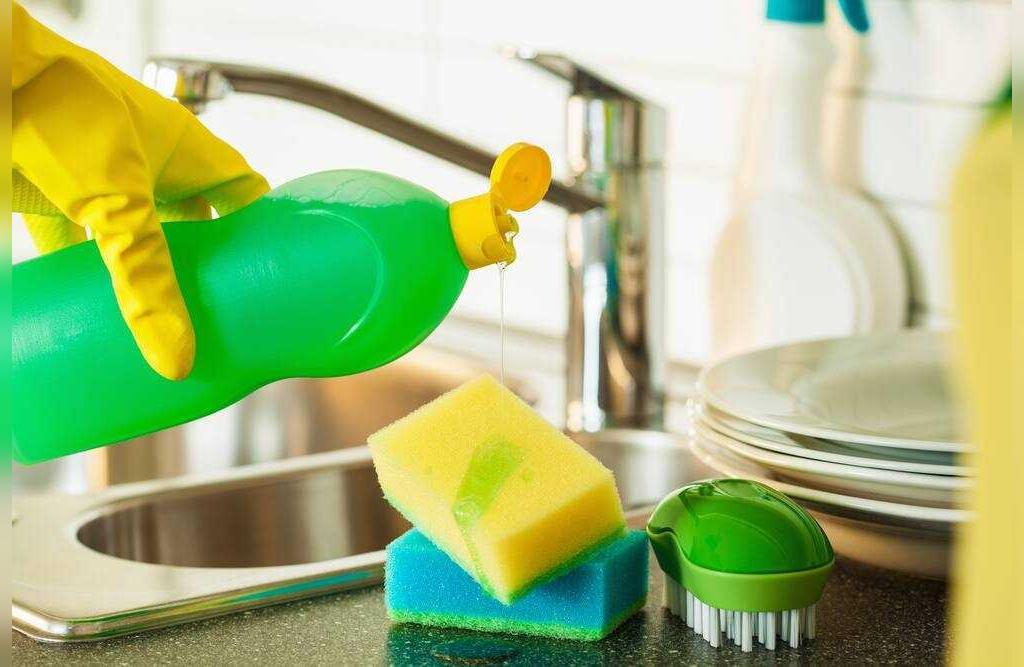 تمیز کردن لاک ناخن از روی فرش