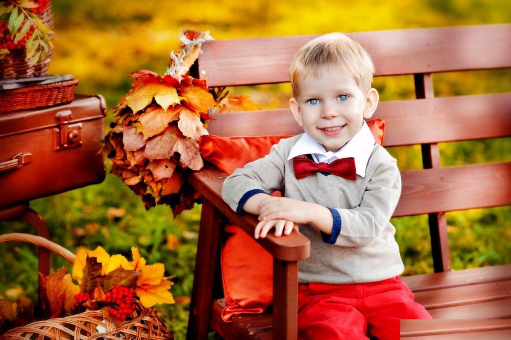 مدل ژست لاکچری پسر بچه در پاییز