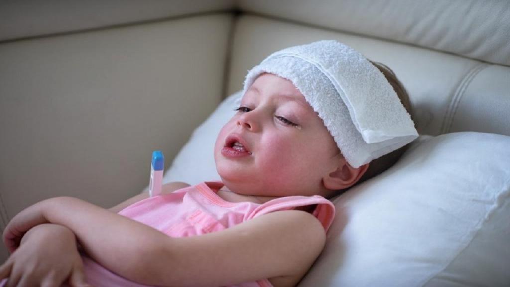 پایین آوردن تب کودک بدون دارو ؛ آموزش روش صحیح پاشویه نوزاد