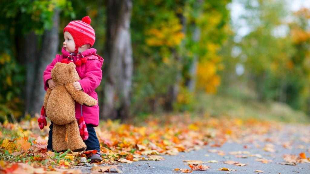 مدل ژست عکس کودک با اسباب بازی