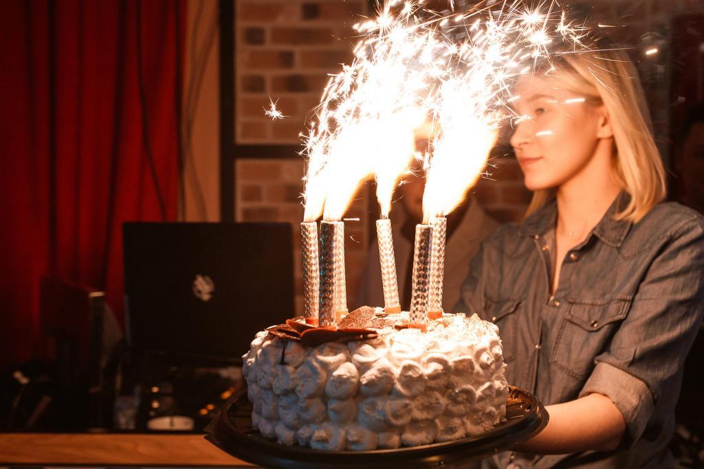 ژست عکس تولد دخترانه با فشفشه و کیک