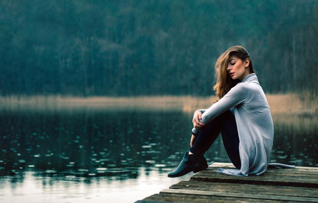 عکس دختر تنها و غمگین کنار دریاچه