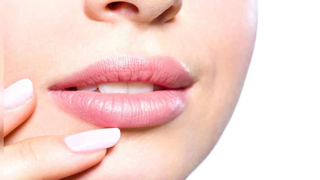 علائم، علل و درمان های خانگی ورم لب ها؛ چگونه تورم لب را کاهش دهیم؟