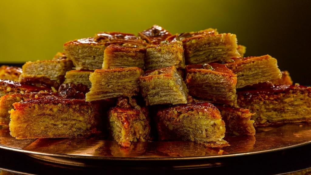 طرز تهیه کیک باقلوا شربتی نرم و خوشمزه خانگی مرحله به مرحله