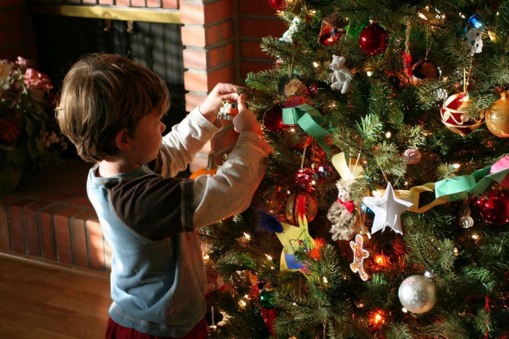 عکس تزیین درخت کریسمس با بچه ها