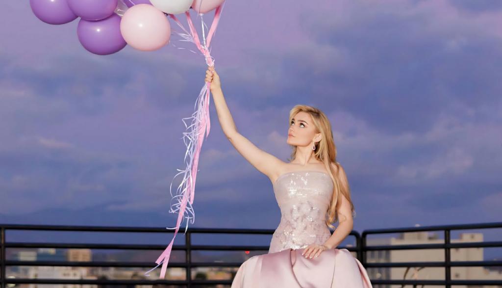 ژست خاص عکس جشن تولد دخترانه با بادکنک
