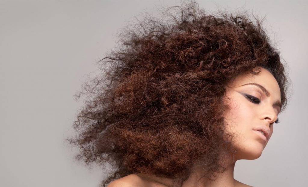 چه چیزی باعث مجعد شدن موها می شود؟
