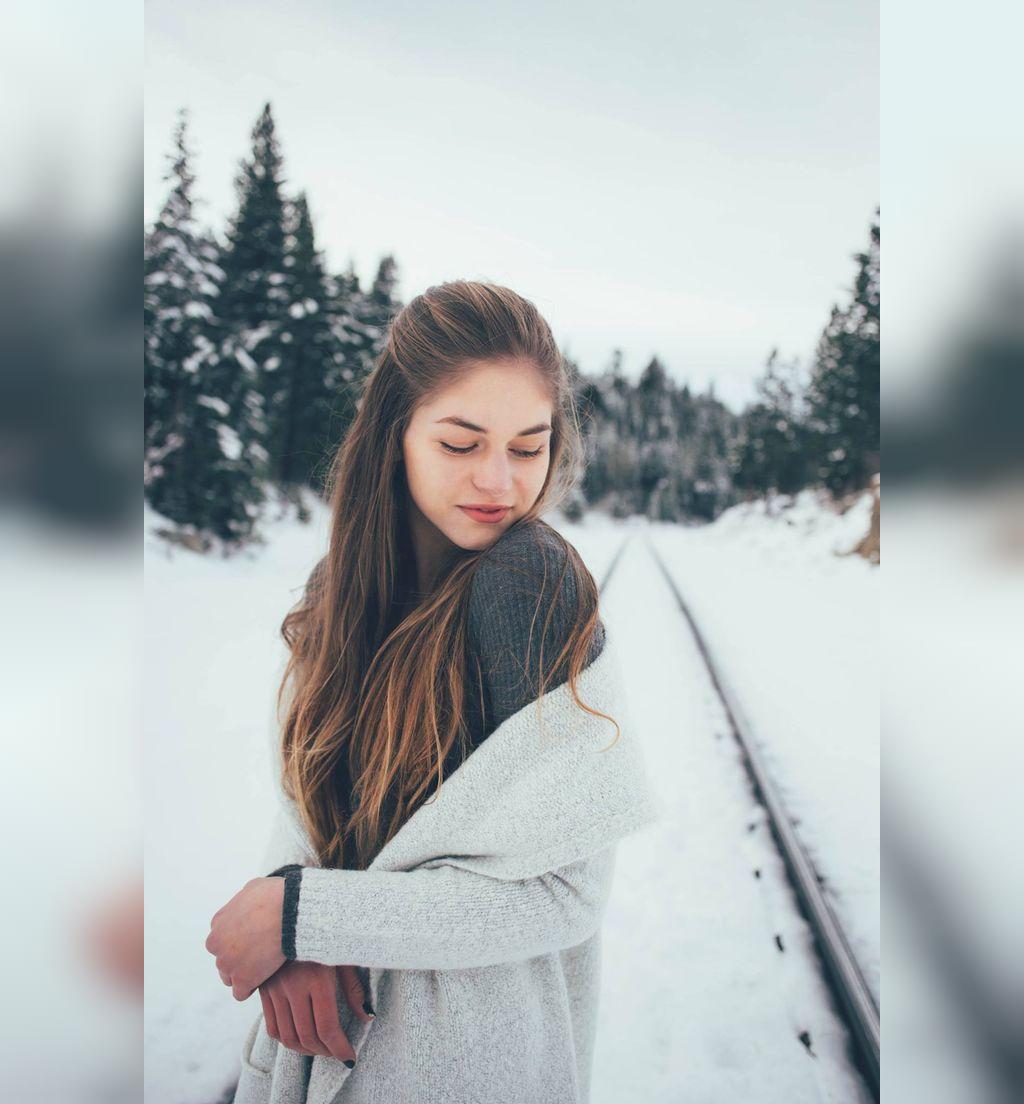 ژست عکس برفی دخترانه زیبا