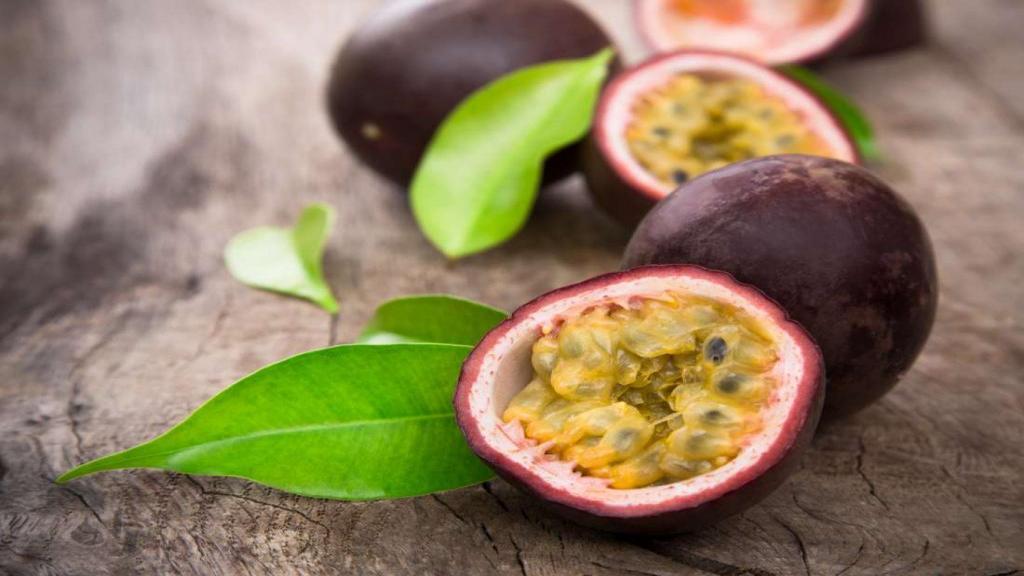 12 مزیت شگفت انگیز میوه گل ساعتی (پشن فروت) برای سلامتی، آب مروارید و پوست