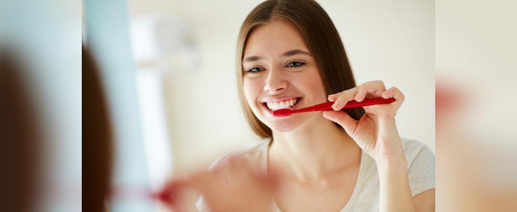 برای حفظ سلامت دندان ها از نخ دندان، قبل از مسواک استفاده کنید