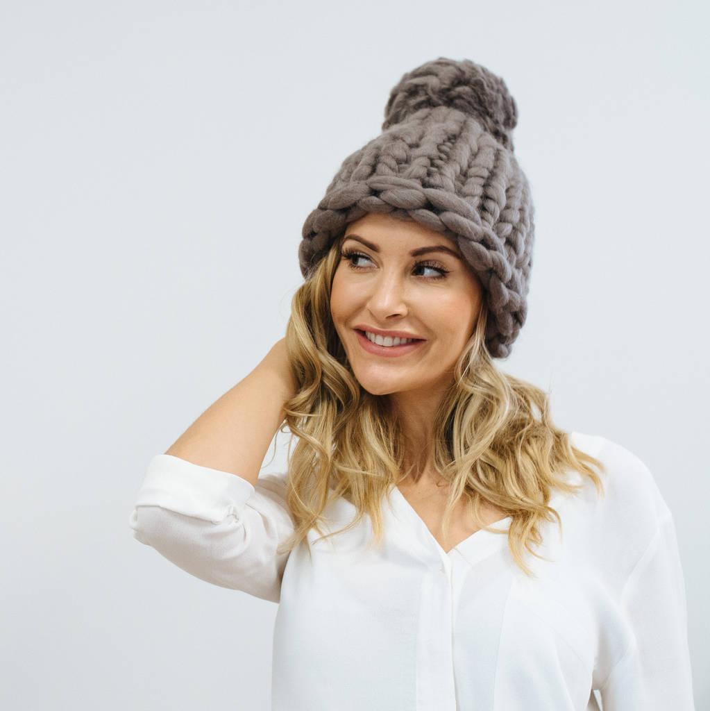 مدل کلاه بافتنی زنانه با کاموا غول پیکر