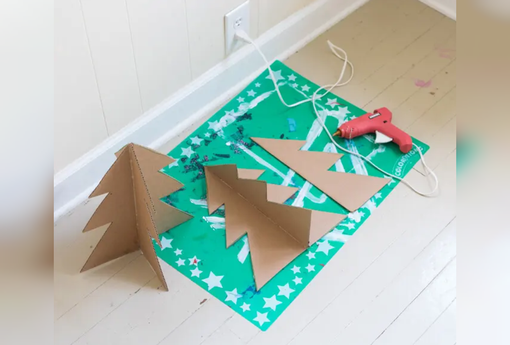 چسب زدن درخت کریسمس مقوایی سه بعدی