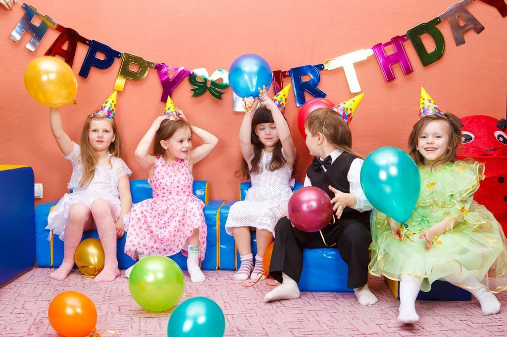 ژست عکس جشن تولد کودکان در خانه