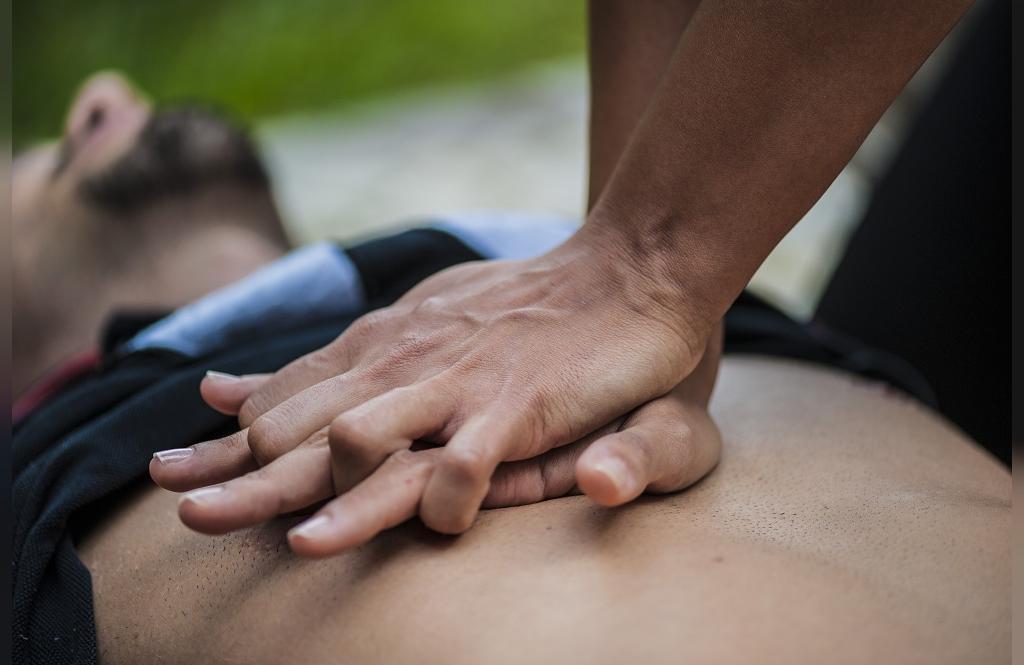 اقداماتی که نباید در هنگام تشنج شخص انجام دهید