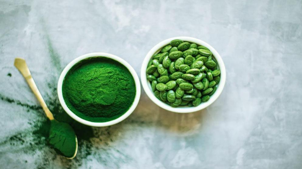 10 خاصیت شگفت انگیز جلبک اسپیرولینا + ارزش غذایی و تداخلات آن