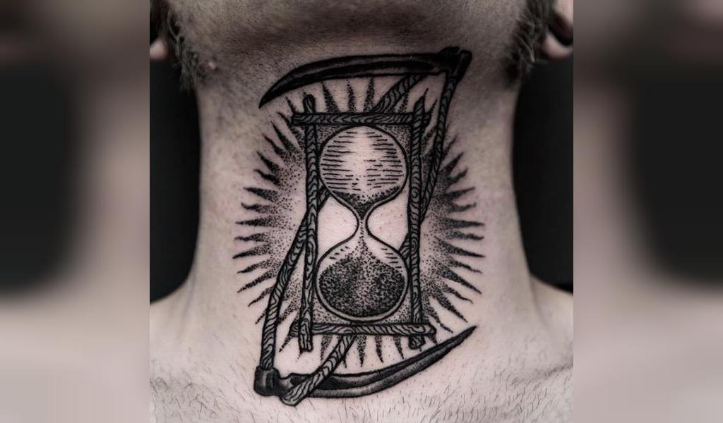 طرح خالکوبی گردن مردانه  ساعت شنی