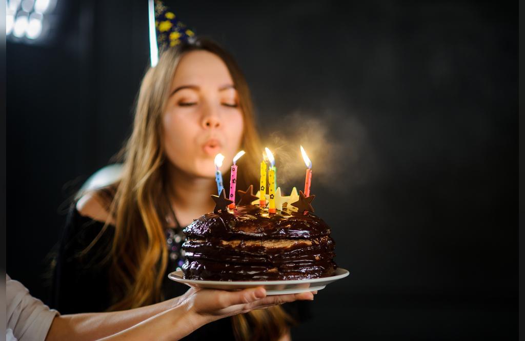 ژست زیبا عکس تولد دخترانه با کیک