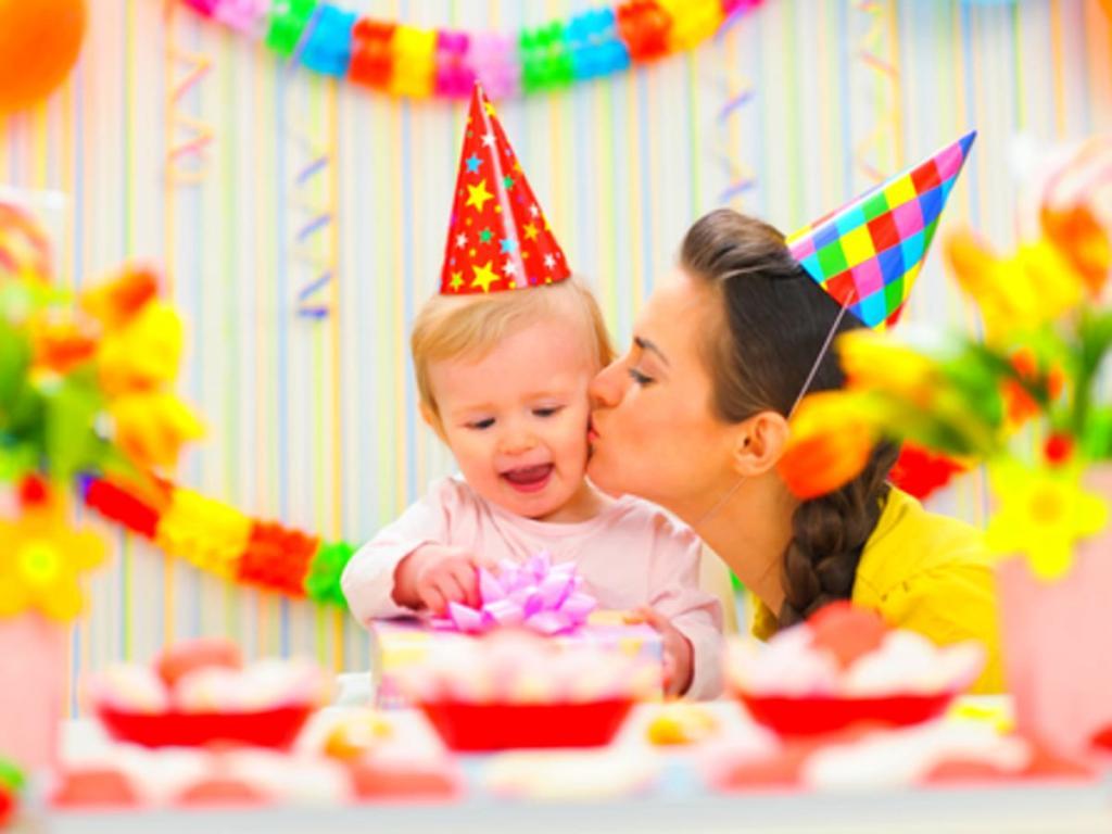 ژست عکس خانوادگی جشن تولد در خانه